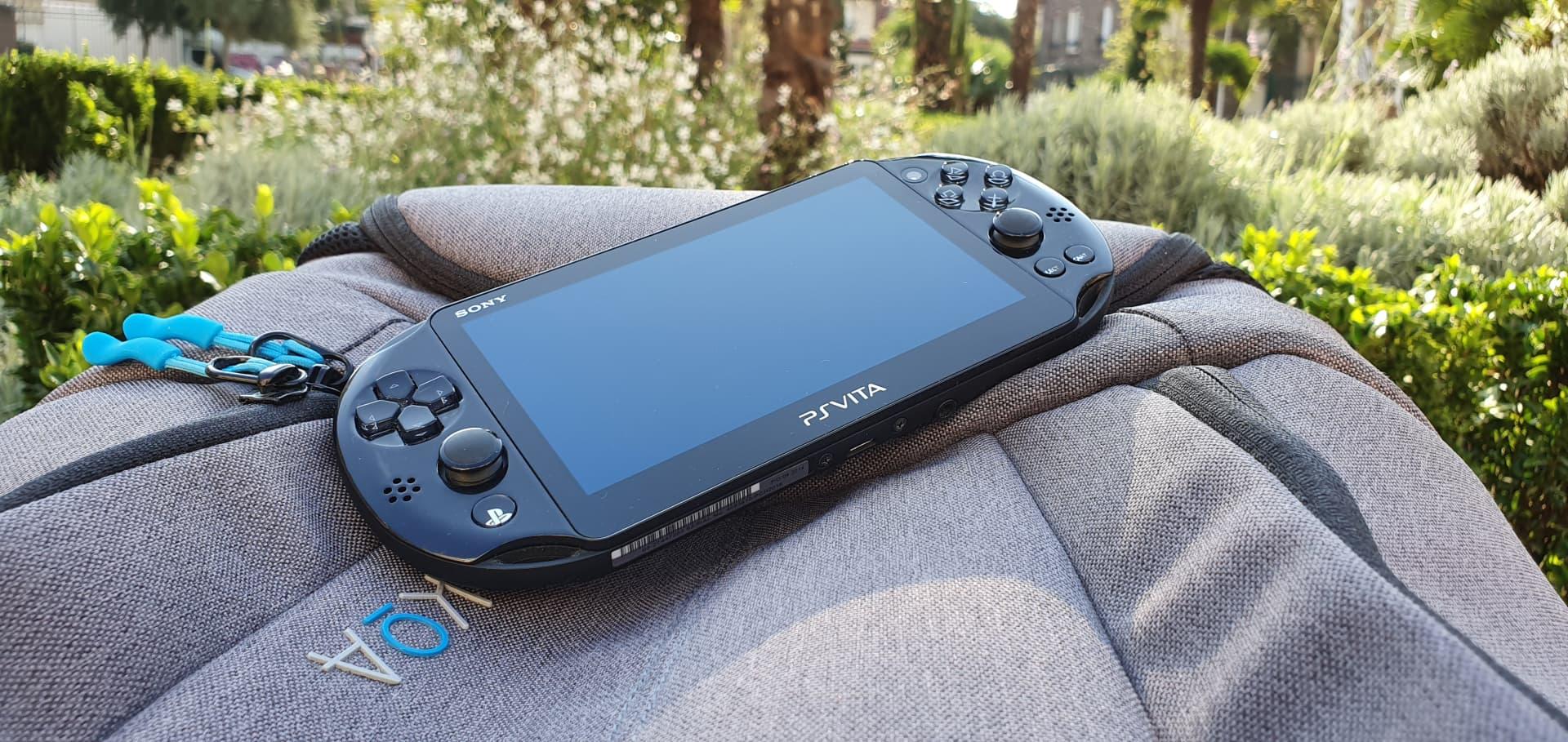 PS Vita dans un parc sur un sac
