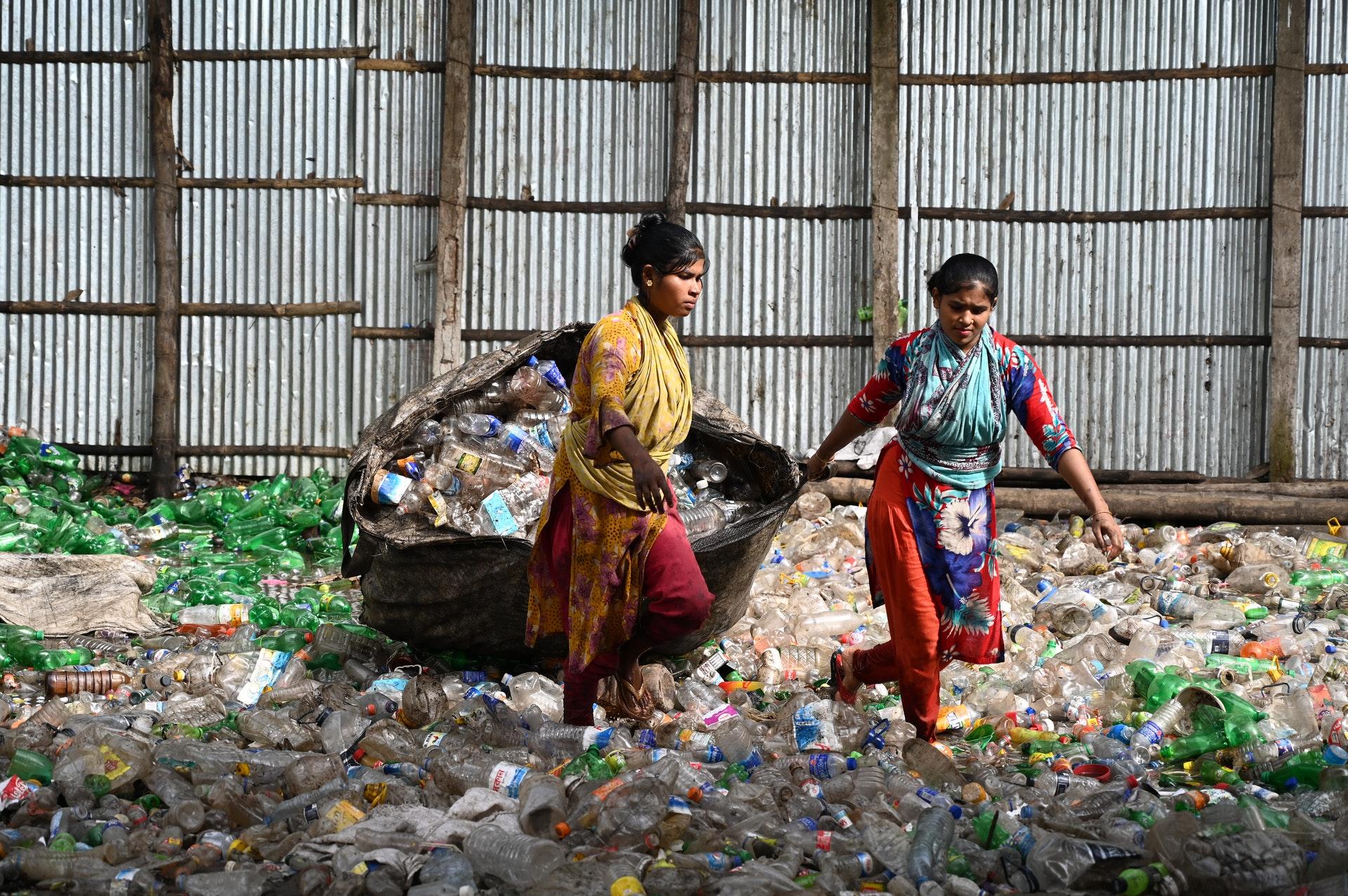 Deux femmes sur des bouteilles en plastique